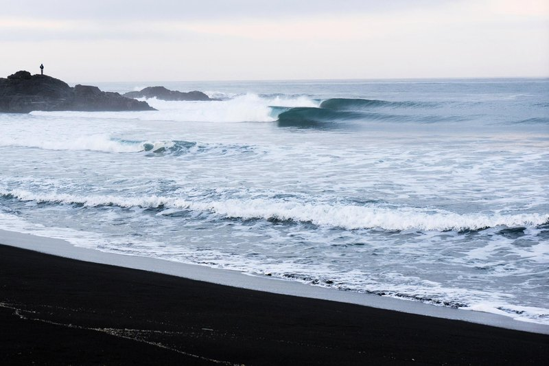 prefect-surfing-waves-break-on-deserted-beach-in-chile-south-america surf en Chile