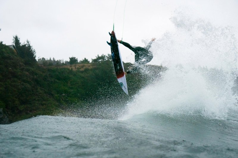 surfer-cam-richards-gets-airborne-on-a-wave-in-chile-during-filming-for-chasing-the-shot-surf-en-chile