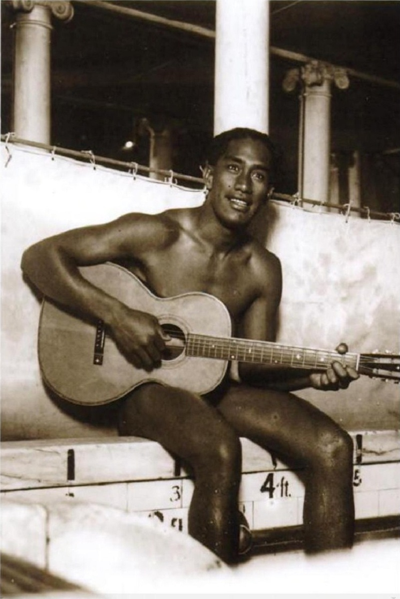 duke_kahanamoku_playing_a_guitar_by_the_poolside_chicago_19182-copia