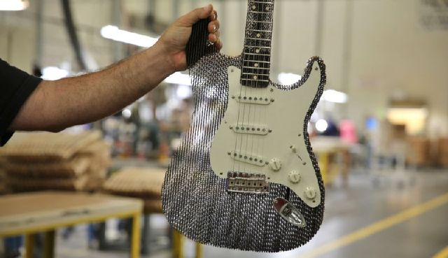 7099999_a-fender-stratocaster-made-from-cardboard_2c32842f_m